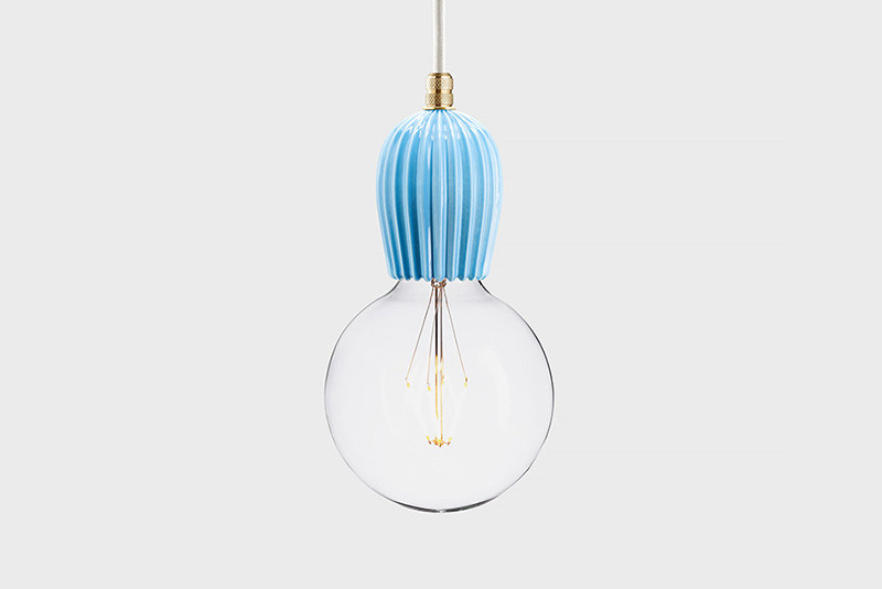 Latitude Подвесной светильник, LATITUDE Keramik Rib blar/brass latitude подвесной светильник latitude beton bolti grey aluminum
