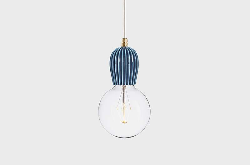 Latitude Подвесной светильник, LATITUDE Keramik Rib indigo/brass latitude подвесной светильник latitude beton bolti grey aluminum